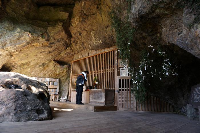 14 洞窟でお参りします.JPG