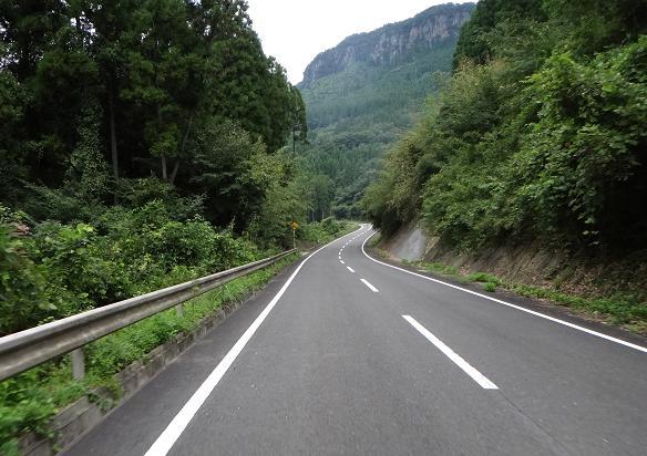 16 崖を見ながらはしる道.JPG