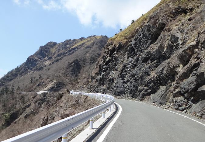 16 林道と言うより山岳道路だな.JPG