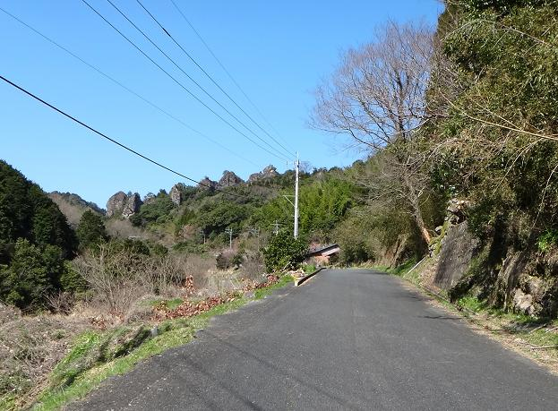 17 ゴツゴツの岩が見えてきだした.JPG