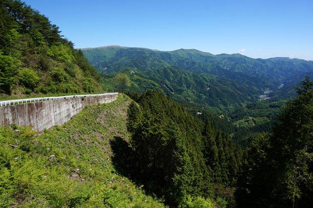 20 奥に見える山の稜線がカルストです.JPG