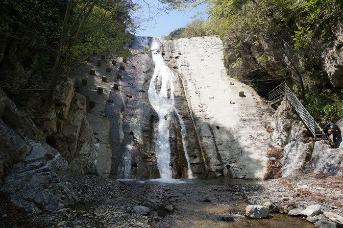 20 風穴の入り口にはこんな滝が.JPG