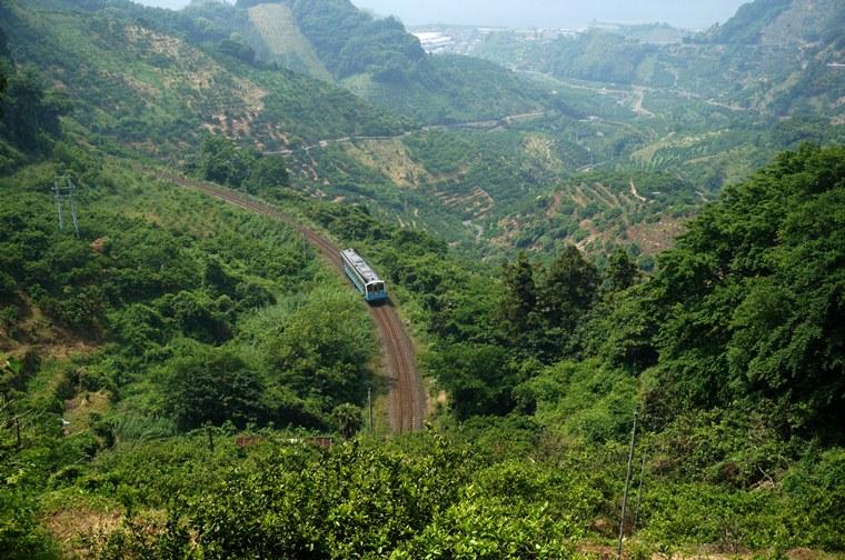 22 みかん畑に囲まれた絶景路線.JPG