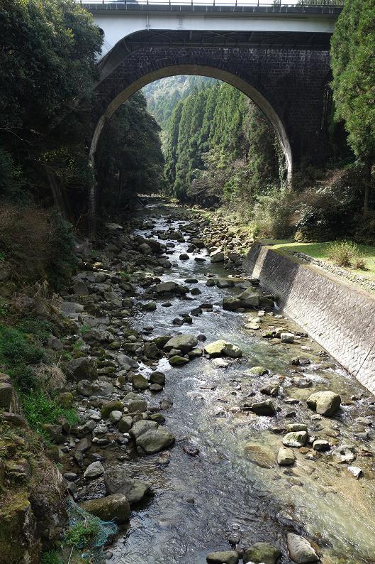 25 国道の横もでっかい石橋.JPG