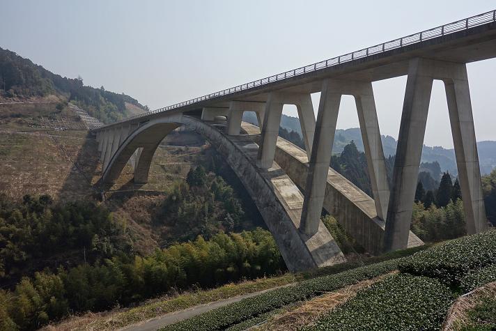 25 山奥になんでこんな橋?.JPG