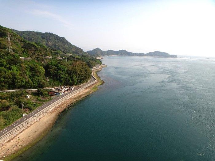 25 海岸線の道だけは綺麗に整備されています.JPG