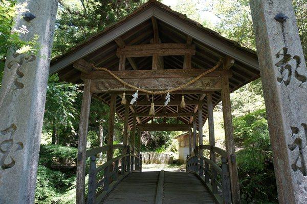 25 神社に通じる橋です.JPG