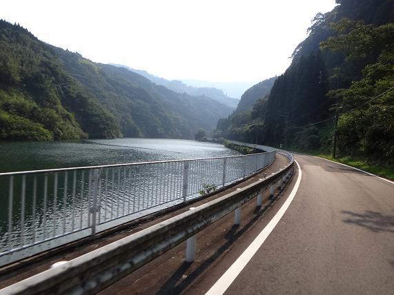 28 やっぱり国道より川沿いの道が面白い.JPG