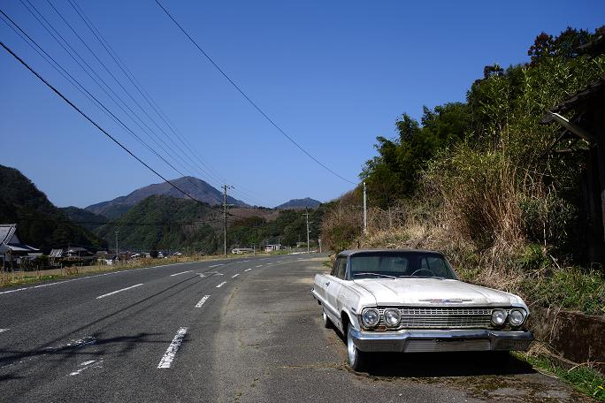 3 田舎道のポツ~ンとあるアメ車.JPG