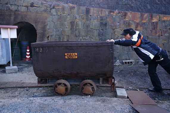 42 炭車だって押します.JPG