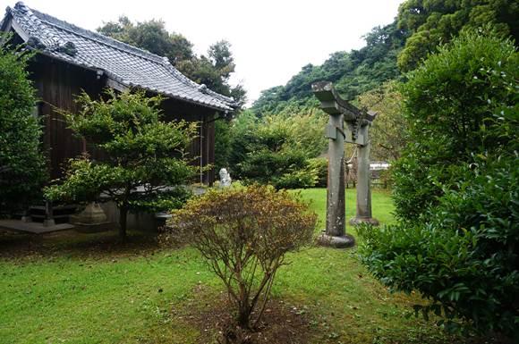 51 市街地のはずれにある神社.JPG