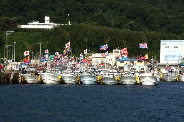 5 パレード待ちの漁船団.JPG