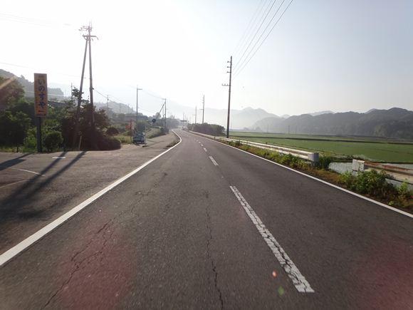 5 朝日を浴びる田舎道.JPG