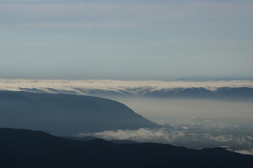 8 外輪山からカルデラに雲が流れ込む瞬間.JPG
