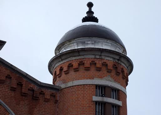 塔のデザインは教会建築を思わせます.JPG