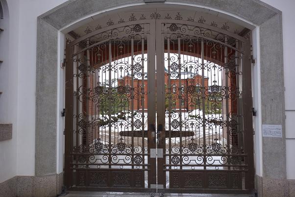 神殿に入るみたいな門.JPG