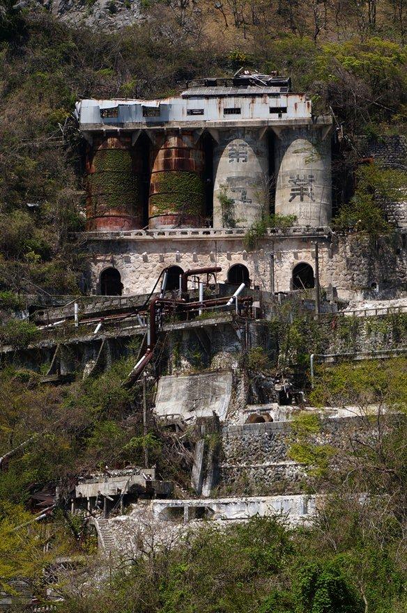 貯鉱タンクが鉄とコンクリート.JPG
