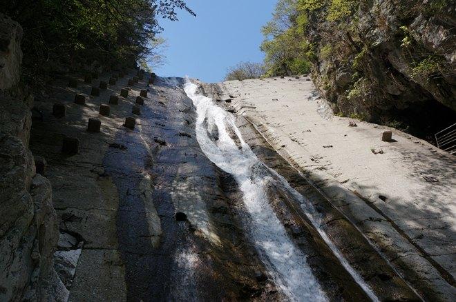 鉱山の山から流れる滝.JPG