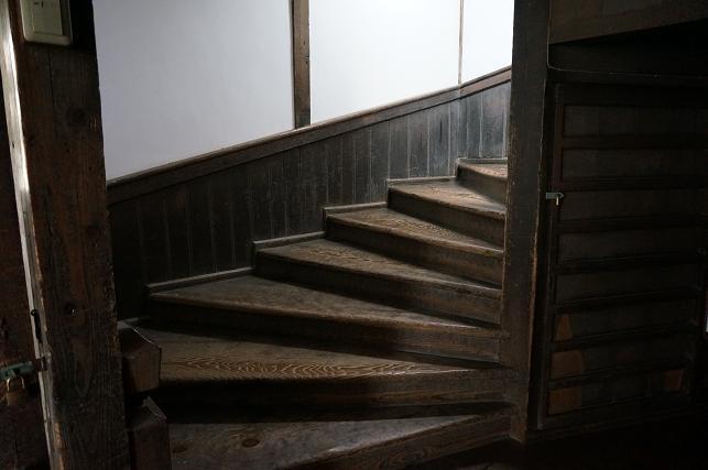 階段は何段飛びで上がれるか競争するとこ.JPG