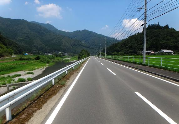 20 川ガキが遊ぶ川.JPG